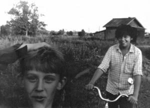 Лисинские ребятишки. 1989год. На заднем плане лисинский магазин. Из семейного альбома Алексеева Алексея.