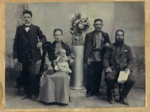 Фёдор и Анна Васильевна Сурковы. Фотография из семейного альбома Картамышевой Нины Максимовны